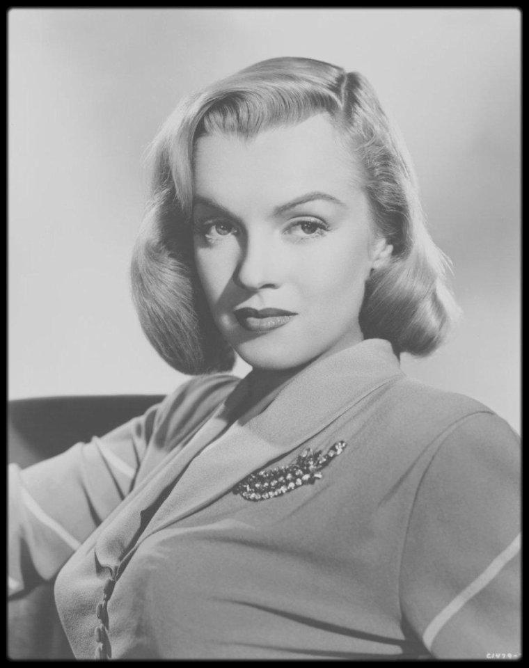 """1949 / Marilyn est Angela PHINLAY dans ce film noir """"The Asphalt jungle"""" de HUSTON. / En 1986, """"Turner Entertainment"""" acquiert les droits de """"Quand la ville dort"""", à la suite du rachat du studio Metro-Goldwyn-Mayer et de son catalogue. En 1989, """"Turner Entertainment"""" décide de coloriser le film et conclut un accord avec la chaîne française La Cinq afin de diffuser cette version colorisée. Les héritiers de John HUSTON s'y opposent, intentant un procès contre l'exploitation de cette version, ils sont déboutés aux États-Unis. Le 23 novembre 1988, """"Quand la ville dort"""" est interdit de diffusion en France. Mais le 6 juillet 1989, La Cinq gagne en appel, et diffuse le film le 6 août 1989 (le lendemain de l'anniversaire de la mort de Marilyn MONROE). Finalement, le 28 mai 1991, la cour de cassation casse et annule l'arrêt rendu le 6 juillet 1989, et donne raison aux héritiers du cinéaste arguant que cette transformation de l'½uvre ne peut se faire, au nom du droit moral, sans l'accord de l'artiste ou de ses ayants droit."""