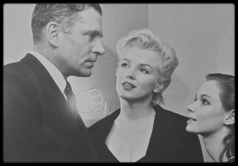 """12 Février 1956 / Marilyn et et Laurence OLIVIER retrouvent l'actrice Susan STRASBERG dans les coulisses du théâtre """"Cort Theatre"""" de New York, après la représentation de la pièce """"Le journal d'Anne FRANCK"""", dans laquelle joue Susan. Laurence OLIVIER avait quitté Londres le 5 février, en prenant l'avion pour New York ; il ne reste à New York qu'une semaine, en partie pour discuter avec Marilyn pour le prochain tournage du """"Prince et la Danseuse"""". Il quittera New York le 11 février pour regagner Londres."""