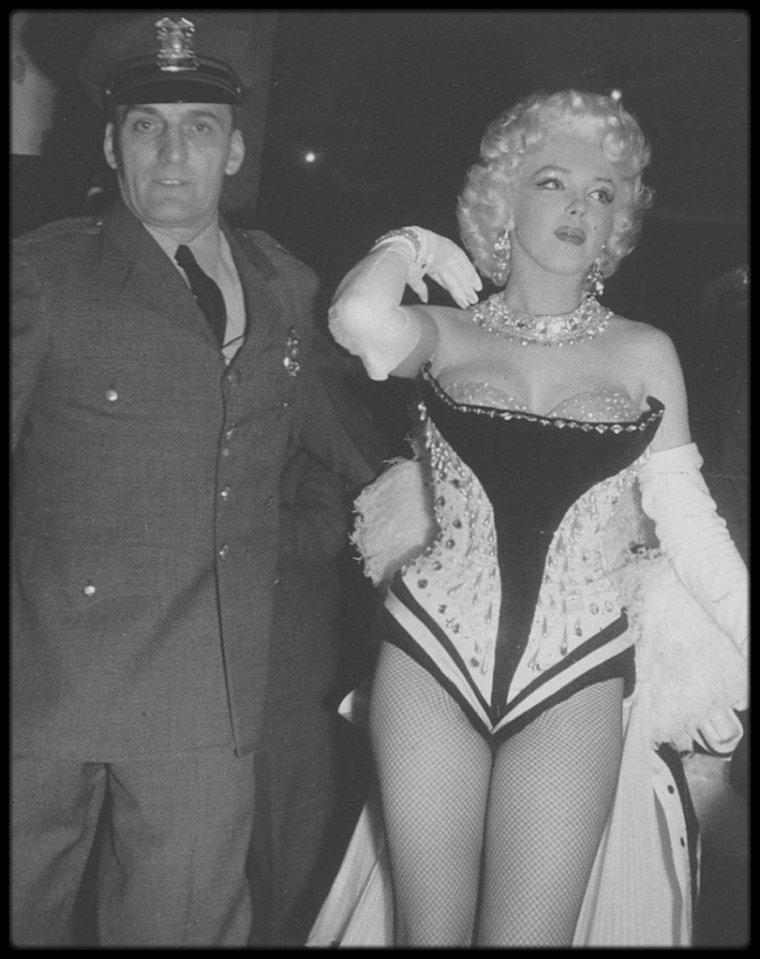 """28-30 Mars 1955 /  Irving STEIN (l'avocat des """"Marilyn MONROE Productions"""") se présenta à l'hôtel """"Gladstone"""" pour une réunion de travail avec Marilyn ; ils devaient discuter de la meilleure tactique à adopter pour négocier un nouveau contrat avec la Fox ; Marilyn souhaita en parler à Joe DiMAGGIO. Marilyn assista à la présentation de la soirée organisée par  Mike TODD et le cirque """"Ringling Brothers Circus"""", au """"Madison Square Garden"""", au profit de la Fondation pour l'arthrose et les affections rhumatismales qui aura lieu le 30 mars. / Le mercredi 30 mars : Marilyn assista à la soirée organisée par  Mike TODD et le cirque """"Ringling Brothers Circus"""", au """"Madison Square Garden"""", au profit de la Fondation pour l'arthrose et les affections rhumatismales. Elle fit une entrée triomphale vêtue d'un collant très sexy et d'un bustier brodé de paillettes et de plumes, sur le dos d'un éléphant peint en  rose, nommé Karnaudi, devant 18 000 personnes. Elle fut prise en photo par le photographe Ed FEINGERSH. Ce fut Milton BERLE qui anima la soirée. Milton GREENE était également présent."""