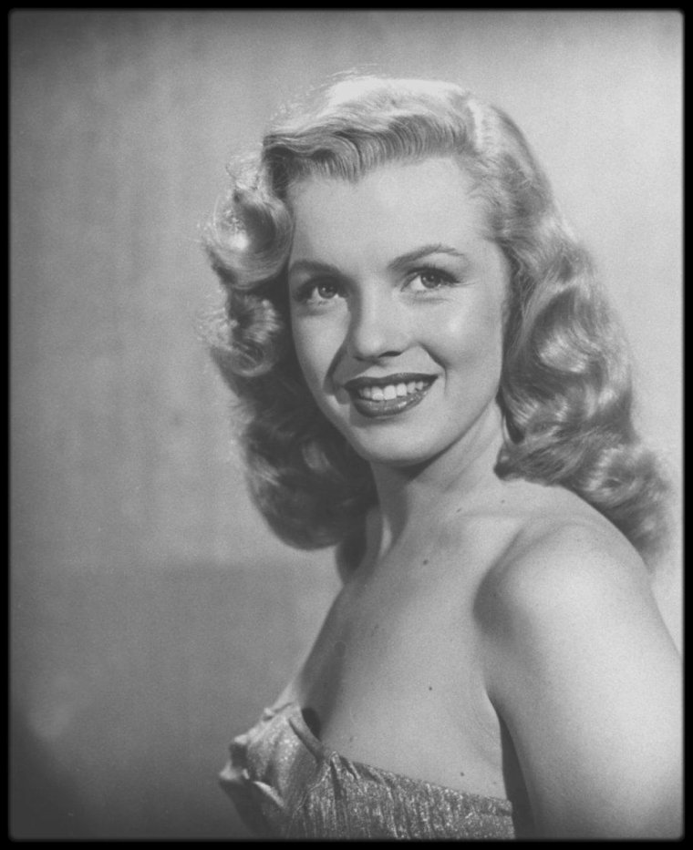 "1949 / PORTRAITS PROMOTIONNELS Studio de Marilyn pour le film ""Love happy"" par le photographe J.R. EYERMAN."