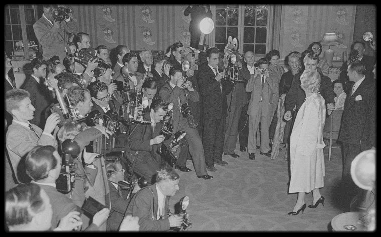 """15 Juillet 1956 / Après une séance photos dans la roseraie d'""""Egham Parc"""", à Londres, les MILLER rejoignent Laurence OLIVIER à """"L'Hôtel Savoy"""" pour une conférence de presse, annonçant aux journalistes, le tournage du film """"The Prince and the showgirl""""."""