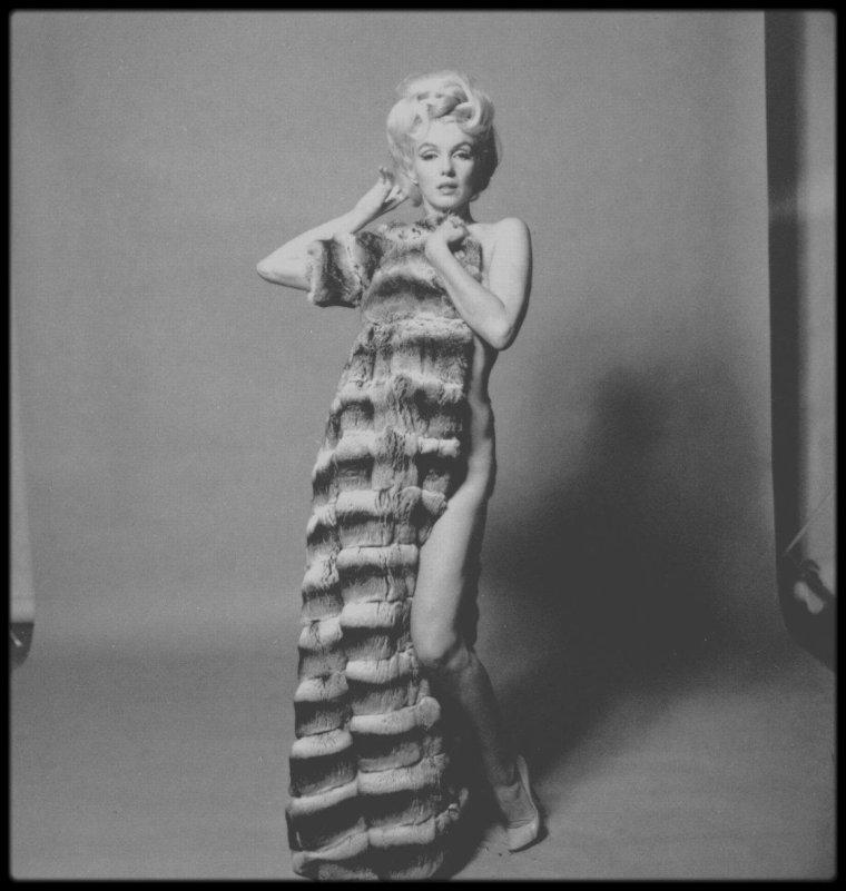 """10 Juillet 1962 / Nouvelle séance pour le magazine """"Vogue"""", avec Bert STERN. Cette fois-ci il loua le bungalow n° 96 du """"Bel- Air Hotel"""". Il acheta à nouveau du champagne """"Dom Perignon"""" et du """"Château Laffitte-Rothschild"""" 1955. Cette fois-ci ce fut le coiffeur Kenneth BATTELLE qui vint de New York ; le fidèle Whitey SNYDER la maquilla. La séance photo fut intense et Marilyn enchaîna les tenues et accessoires dont ce manteau en chinchilla."""