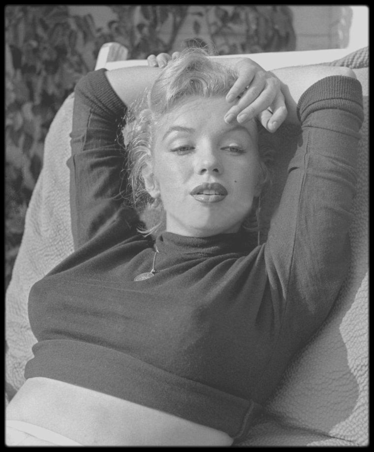 26 Mai 1950 / (Part III) Westwood-Village, Marilyn posant pour le photographe Bob BEERMAN.
