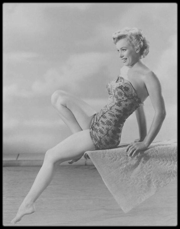 1951 / Photos publicitaires de Marilyn alors sous contrat avec la RKO, du photographe Phil BURCHMAN.