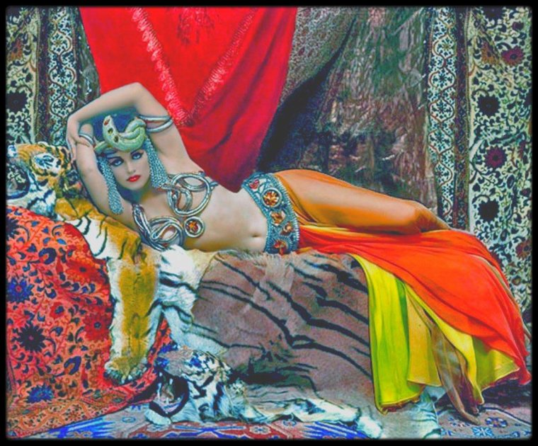 """1958 / HAPPY HALLOWEEN A TOUTES ET A TOUS ! Quand Marilyn (méconnaissable sur ces photos) pose en Cléopâtre jouée par Theda BARA en 1917 pour le magazine """"LIFE"""", sous l'objectif du photographe Richard AVEDON."""