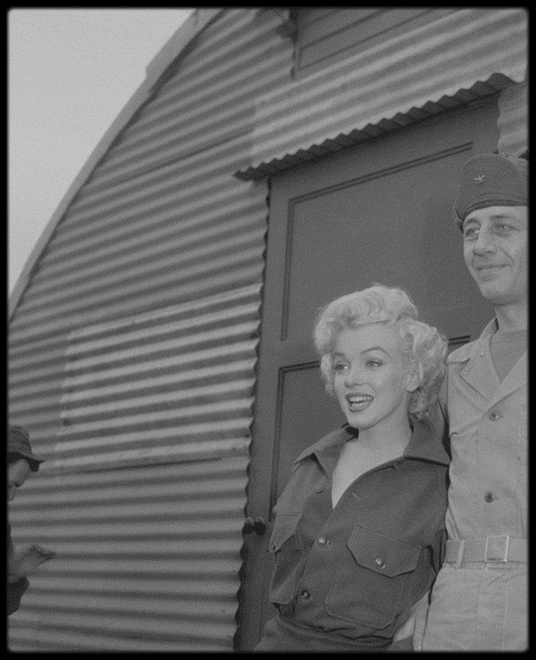 Février 1954 / Marilyn lors de son tour de chants en Corée.