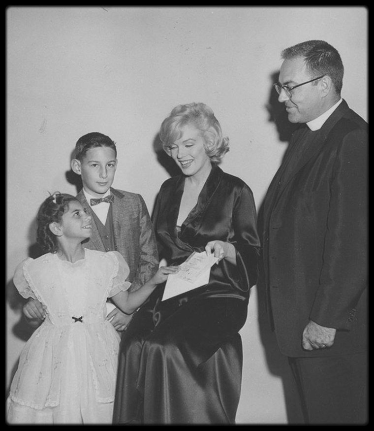 "5 Décembre 1959 / Marilyn loved children and would always help a child in need. In this photo, she attends a special ""Premiere of the movie Journey to the Center of the Earth"" to raise money to benefit a clinic serving brain-damaged children."