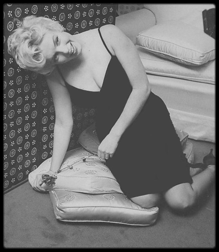 """22 Février 1956 / Une seule séance photos de Marilyn par Cecil BEATON à """"L'Ambassador Hotel"""" de New-York."""