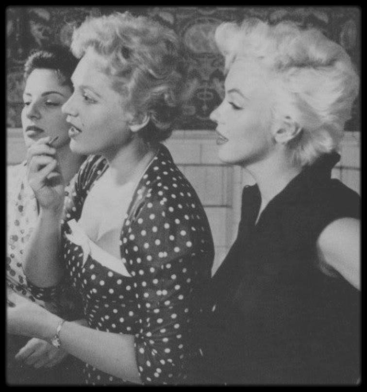 1956 / RARE Marilyn et l'actrice Judy HOLLIDAY dans son appartement new-yorkais, Marilyn lui donnant des conseils de beauté, sous l'objectif du photographe Howell CONANT.