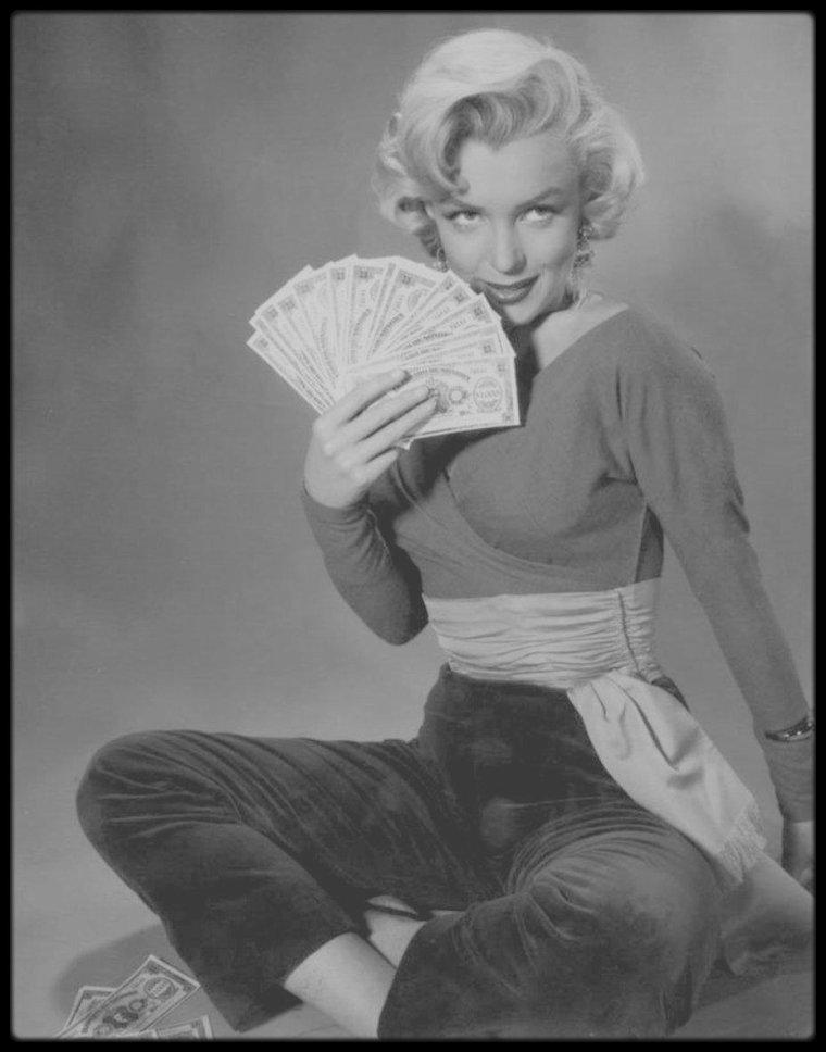 """1953 / Marilyn sur des photos promotionnelles pour le film """"Gentlemen prefer blondes"""", sous l'objectif et avec le photographe John FLOREA."""