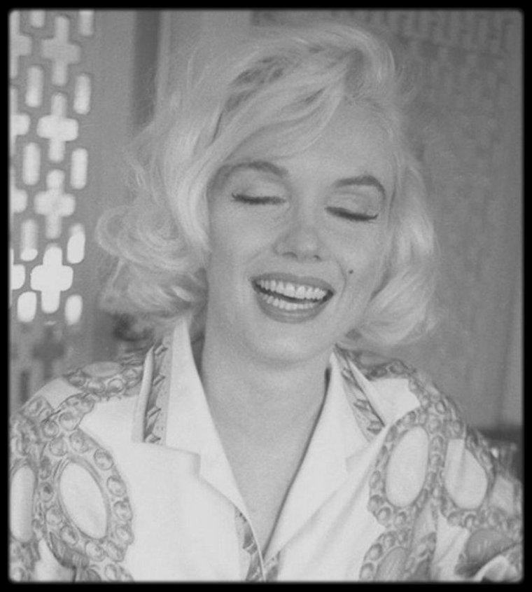 Vendredi 29 et Samedi 30 Juin 1962 / Marilyn et son staff (Pat Newcomb, attachée de presse, Allan SNYDER, maquilleur et ami de longue date, Agnes FLANAGAN, coiffeuse attitrée à cette époque) arrivent au 1506 Blue Jay Way,  North Hollywood Hills, où se situe la maison de Tim LEIMERT, ami du photographe George BARRIS, pour une session photos.