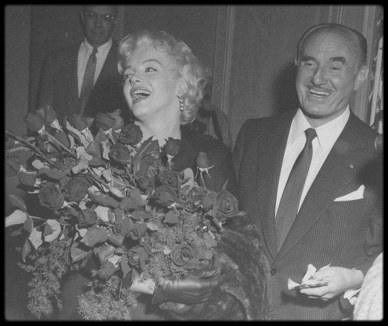 """1er Mars 1956 / (Part III) Marilyn ne tourna jamais pour la Warner, mais les """"Marilyn MONROE Productions"""" annoncèrent en 1956 qu'un accord de distribution avait été conclu avec la Warner pour « The Prince and the Showgirl » (1957), seul film produit par les """"Marilyn MONROE Productions"""". Le 1er mars 1956 Marilyn et Jack WARNER, accompagnée de Milton GREENE, avec qui elle était associée, annoncèrent conjointement la nouvelle."""