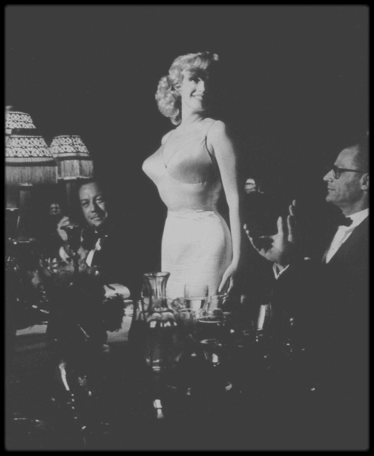 "13 Juin 1957 / Marilyn aux côtés de MILLER, arrive au ""Radio City Music Hall"" de New York, afin d'assister à la Première de ""The Prince and the showgirl""."