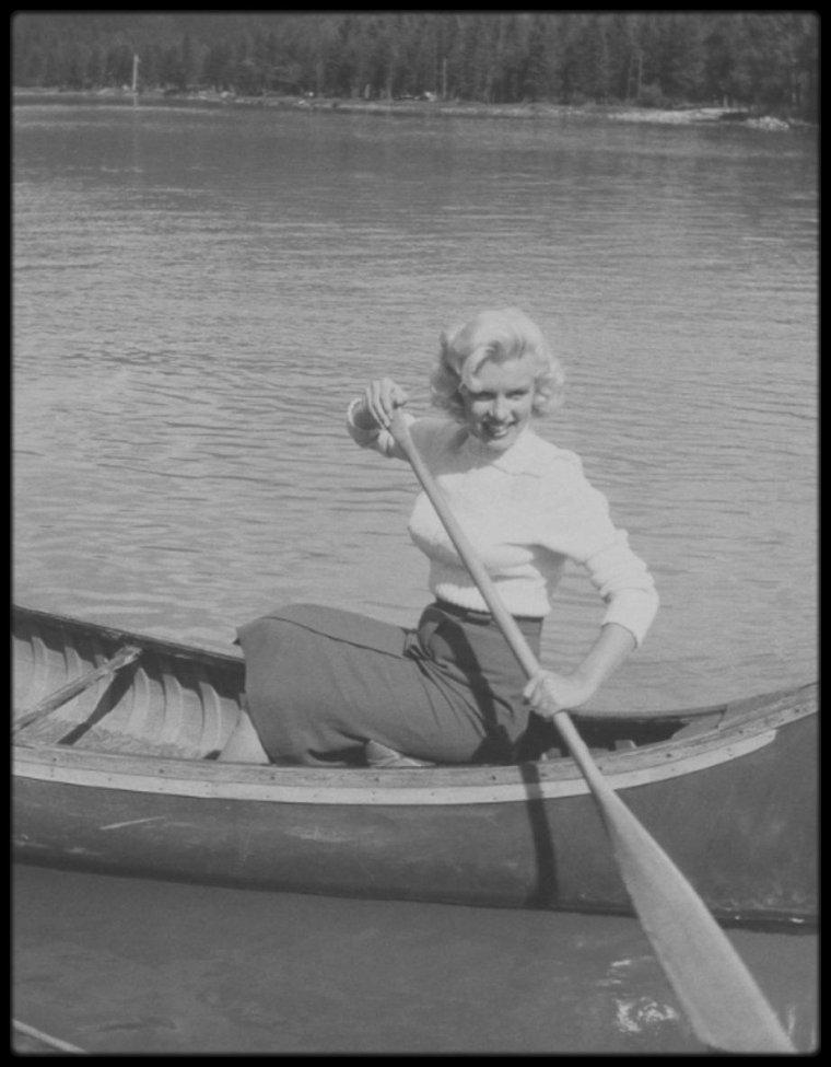 """1953 / LES RARES de Marilyn à Banff, au Canada, lors des extérieurs du film """"River of no return""""."""
