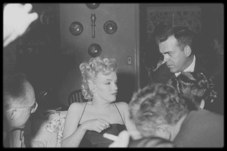 "3 Mars 1956 / NEWS / Photos Earl LEAF, Marilyn lors d'une ""press party"" pour le tournage du film ""Bus stop"", dans la maison de North Beverly Glen Boulevard..."