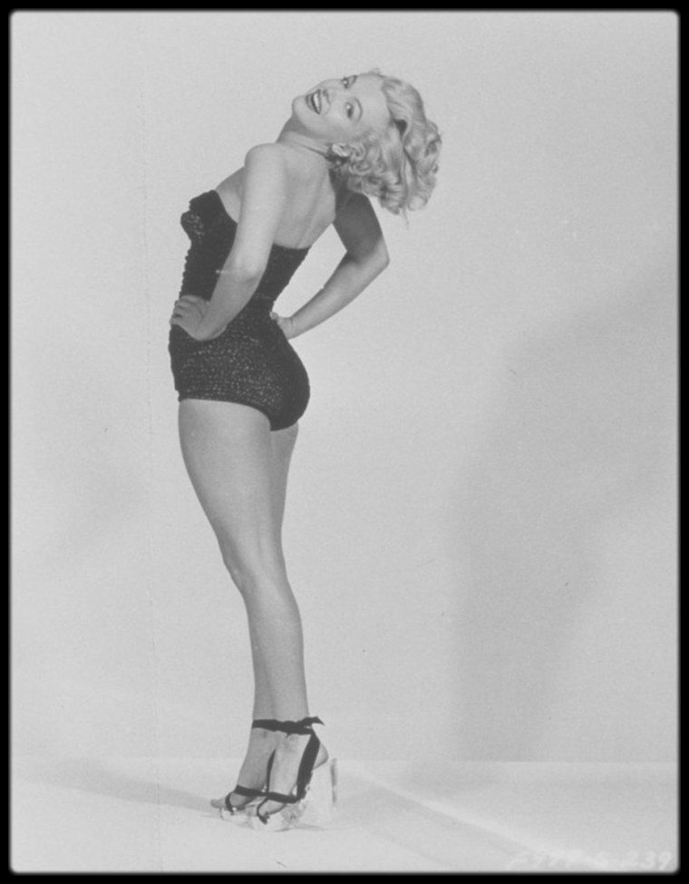 """1951 / FUNNY Marilyn sur des photos promotionnelles pour le film """"Love nest"""", du photographe Frank POWOLNY."""