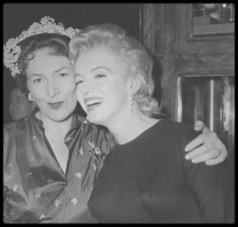 1er JUIN 1956 / Marilyn fête ses 30 ans, aux côtés de Joshua LOGAN qui organise une fête en son honneur, avec pour invité prestigieux le Président Indonésien SUKARNO qui rêvait de puis longtemps de venir à Hollywood, et de rencontrer entre autres, Marilyn. Dans la soirée, Marilyn et Milton GREENE prennent l'avion pour rejoindre New-York.