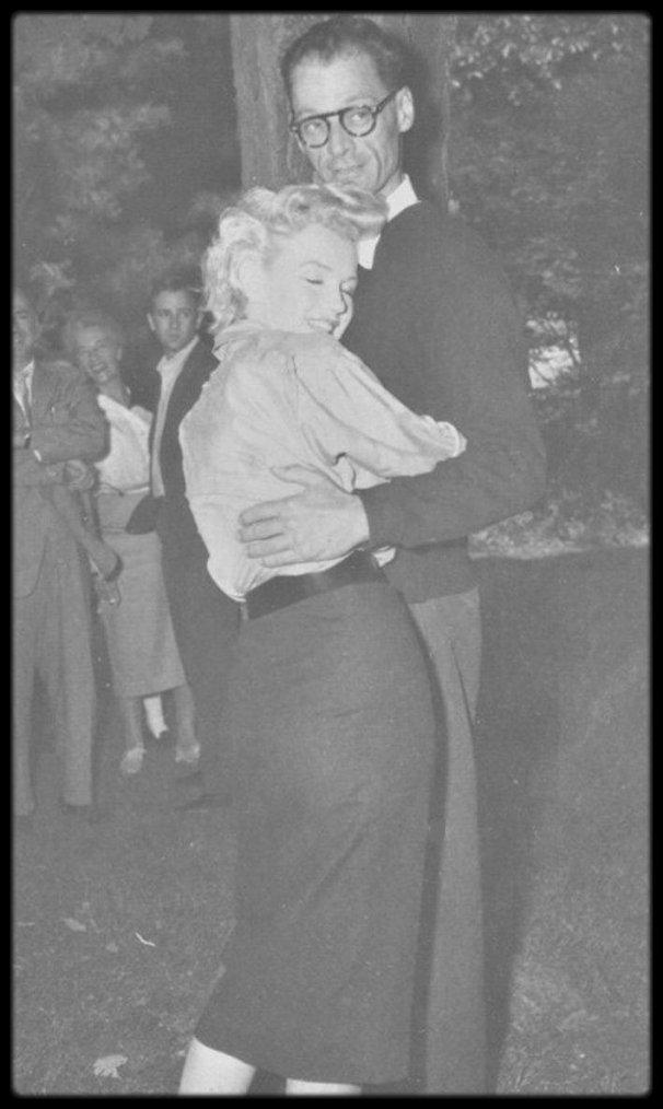 29 Juin 1956 / Quand MILLER annonce le mariage cicil prochain avec Marilyn devant une foule de photographes, lors d'une interview dans sa propriété de Roxbury. (Nouvelles photos signées Anthony CALVACCA).