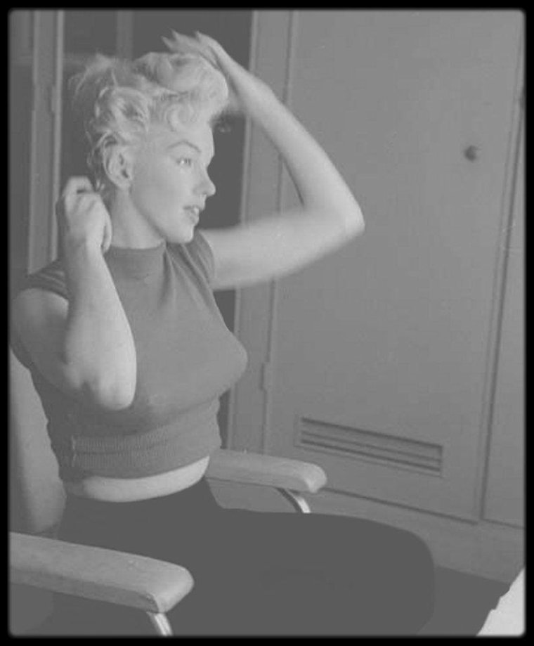 1954 / (Part II) Session make up pour Marilyn dans sa loge, notamment avec pose des faux cils par son maquilleur attitré Allan SNYDER, sous l'objectif de Milton GREENE.