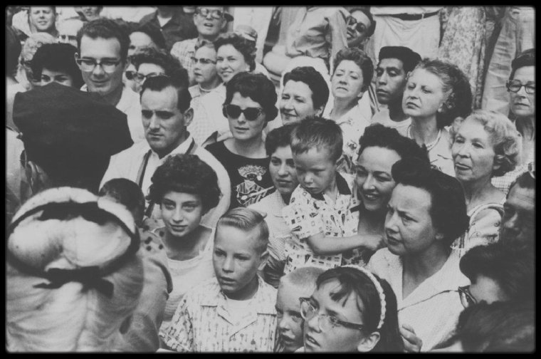 """1960 / Sur le tournage d'une des premières scènes du film """"The misfits"""", où Roslyn as Marilyn se rend au tribunal afin de divorcer de Raymond as Kevin McCARTHY. Puis Roslyn, accompagnée de son amie Isabelle as Thelma RITTER, ira prendre un drink au casino de Reno."""