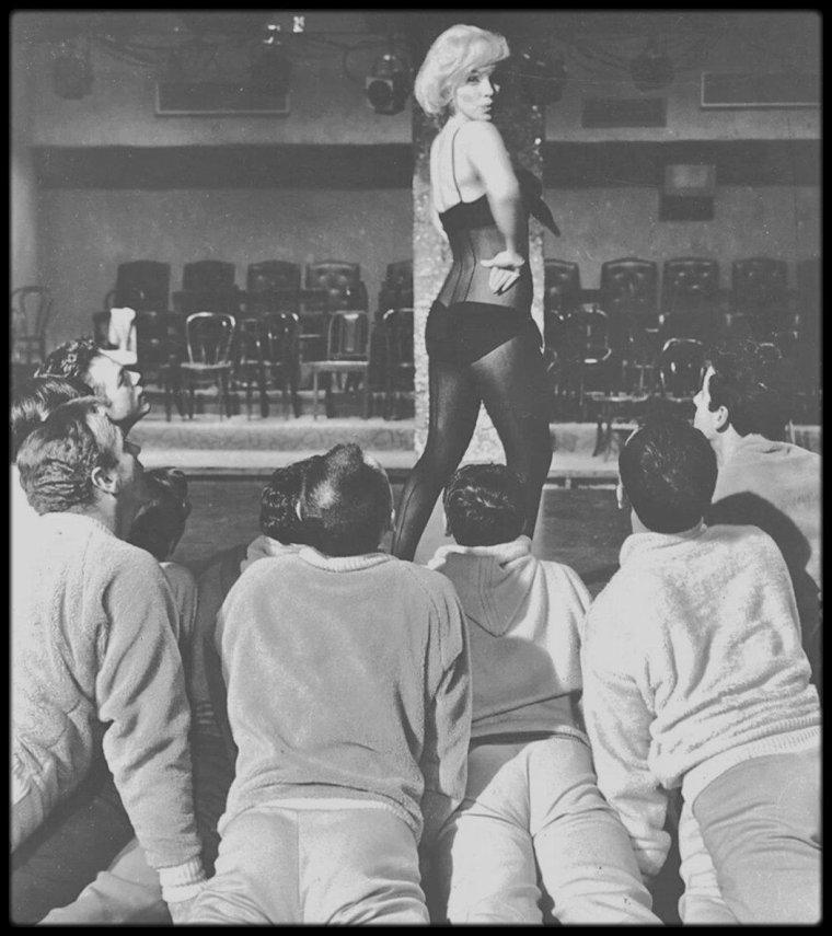 """1960 / Marilyn en body répétant la célèbre scène où elle chante la fameuse chanson """"My heart belongs to daddy"""", dans le film """"Let's make love""""."""