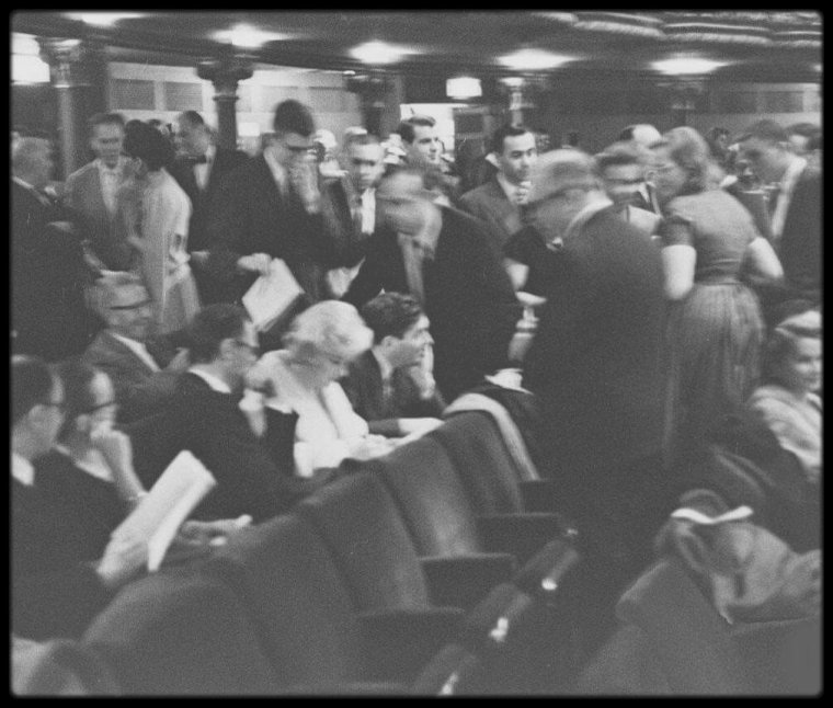 """10 Février 1959 / (Part II) Marilyn et Arthur au """"Metropolitan Opera"""" de New York pour assister à la pièce """"Macbeth"""", se prêtent au jeu de la signature des programmes avant la représentation."""
