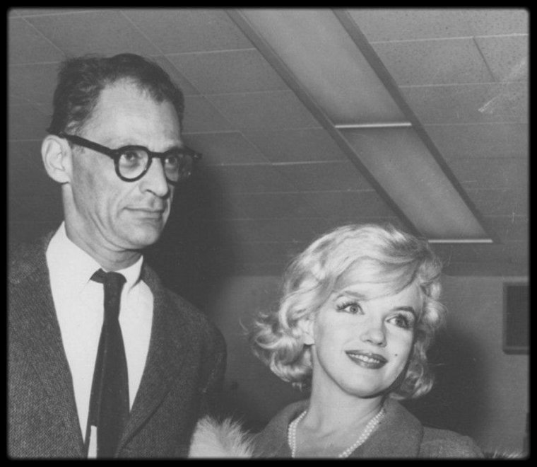 """Marilyn, Arthur et moi même vous souhaitons un BON WEEK-END ! (2 photos rares du couple arrivant à Los Angeles pour les besoins du tournage du film """"Let's make love"""", avec MONTAND entre autres)."""