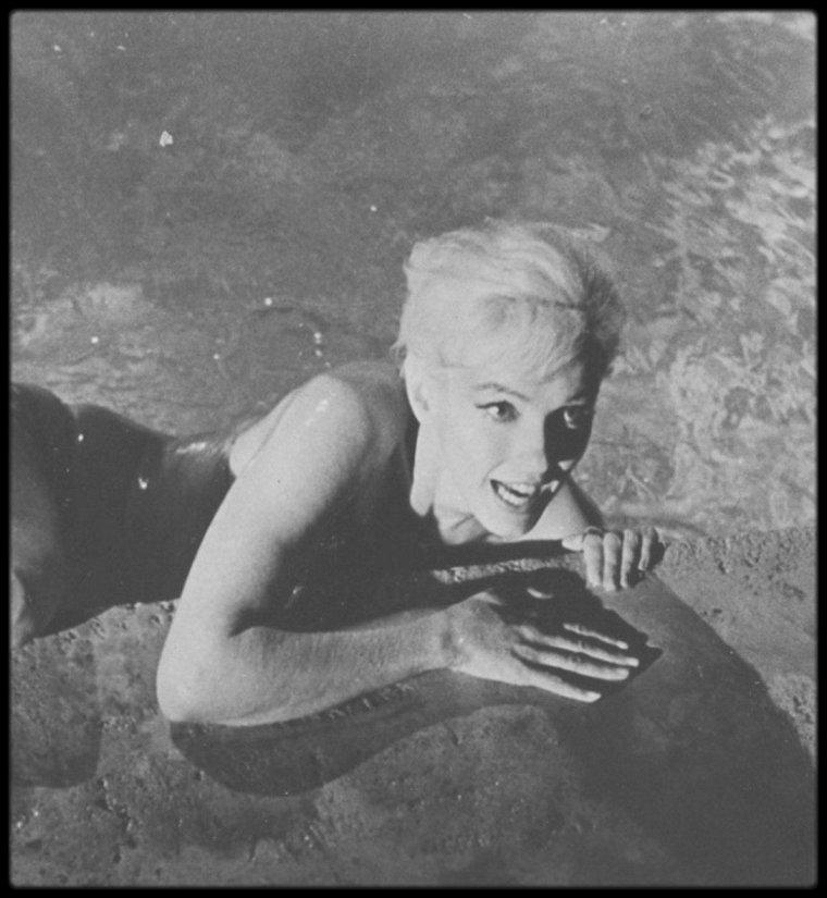 """1962 / Un bon bain dans la piscine en ce moment est appréciable... Marilyn sur le tournage d'une scène du film resté inachevé, """"Something's got to give"""" du réalisateur George CUKOR. (NOUVELLES PHOTOS)."""