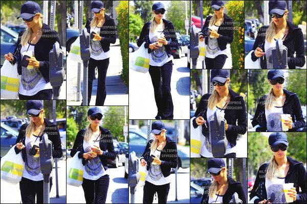 ------- 03/07/12:   Sublime Paris Hilton photographiée   dans la journée quittant le restaurant  Lemonade - à Beverly Hills.  J'aime pas vraiment la tenue à Paris, flop, aucun effort pour cette sortie simple certes. Je n'aime que les lunettes de soleil   top. Top/Flop?   -------