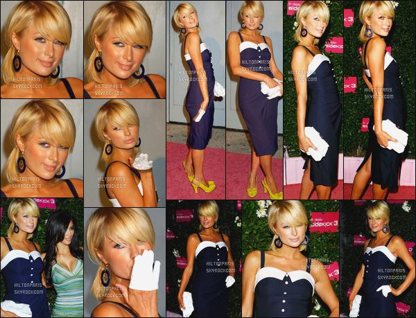 --------  20/06/06  :    La sublime Paris Hilton photographiée à l'événement   «   T-Mobile Sidekick » -  à Los Angeles.  Elle est accompagnée de son amie Kim Kardashian. Gros top pour la tenue. La tenue de mlle Paris est au top on dirait une petite marine.--------