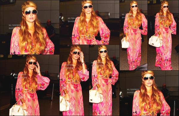 ------- 13/10/14: Notre merveilleuse  Paris Hilton   photographiée dans la journée vue à l'aéroport de LAX à Los Angeles. J'aime assez son look indienne, j'adore beaucoup la couleur et les motifs de la robe. Gros top   pour ses cheveux bouclés avec le bandeau.   -------