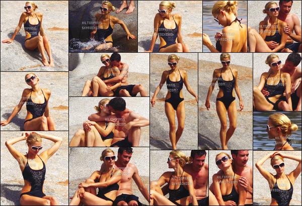--------  06/08/12 :   Miss Paris photographié sur la plage avec son ancien petit ami sur les plages de Cavallo.  Trés adorable ce petit moment de bisous sur la plage - J'aime beaucoup son maillot de bain, avec son petit chignon. Top/Flop?  --------