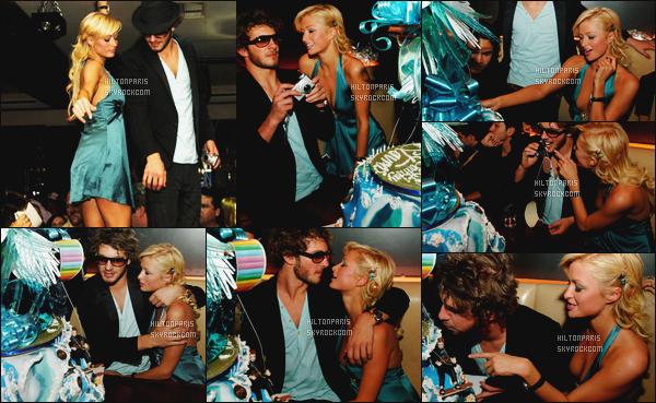 --------  20/04/06  :  Paris Hilton photographiée assistant à l'anniversaire de     Stavros dans la soirée - à Los Angeles.  J'aime beaucoup cette tenue, cette robe bleue lui va tellement bien, je lui accorde un gros top, gros top aussi pour ses cheveux bouclé.--------