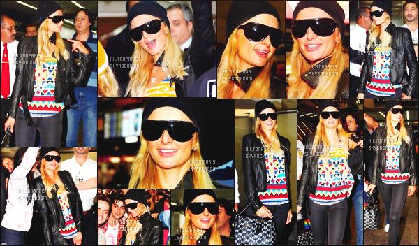 ------- 22/06/12:   Sublime Paris Hilton photographiée  arrivant dans la journée, à l'aéroport de de Guarulho - São Paulo.  La tenue est toute simple pour la sublime Paris Hilton. J'aime beaucoup son haut coloré et son petit bonnet noire simple. Top. Top/Flop ?  -------