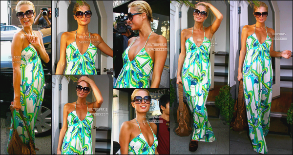 ------- 10/05/06: La princesse Paris Hilton photographiéeentrain de faire du shopping » dans la journée -   Beverly Hills. Notre Paris Hilton est toute souriante sur les photos, elle est tellement jolie, j'aime beaucoup cette longue robe verte blanche. Petit  top.    -------