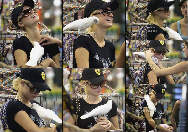 ------- 07/07/06: Notre princesse Paris Hilton photographiée  dans une animalerie » dans la journée - dans Los Angeles.  J'aime se tee-shirt et cette casquette, cela m'a l'air que se soit une tenue toute simple, elle est  adorable sur les photos quand elle sourit.  -------
