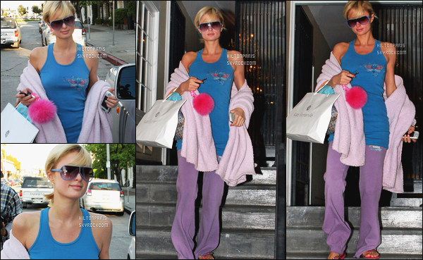 ------- 20/02/06:  Sublime Paris Hilton   photographiée entrain de faire du shopping seule dans la journée -   Beverly Hills.  Oula la pauvre miss Paris, elle semble être super fatiguée, je n'aime pas trop cette tenue super simple, mais j'adore assez le ponpon rose.  -------