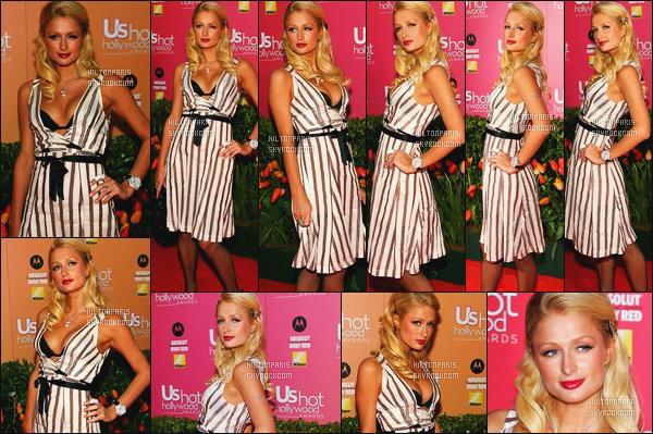 --------  26/04/06  :  La princesse Paris Hilton photographiée au grand événement   «  US Weekly » -  à Los Angeles.  J'adore beaucoup cette robe, cela lui va bien les rayures à Paris, j'aime aussi cette coiffure qui fait vraiment classe, top pour les talons aussi.--------