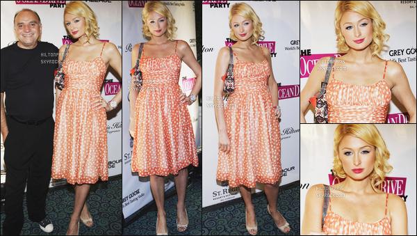 --------  11/02/06  :  Sublime Paris Hilton photographiée à l'événement de  « Ocean Drive » dans la soirée - Miami.  Petit top pour cette tenue, je trouve que la robe lui fait mamie pour la belle Paris, mais elle est sublime dans cette coiffure courte. J'adore.--------