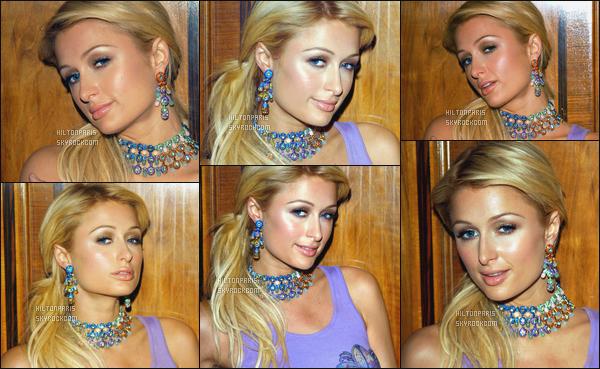 --------  14/02/06  :  Sublime Paris Hilton dans les coulisses de la Fashion Week de  « Julien Macdonald » - Londres.  J'aime beaucoup les photos, Paris Hilton pose vraiment bien dans les portraits, elle est vraiment au top. Petit top pour son haut simple violet.--------