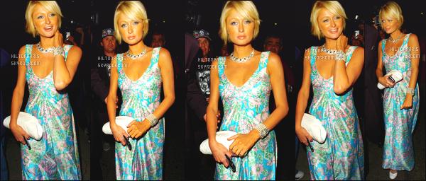 ------- 29/08/07: La jolie Paris Hilton photographiée   arrivant au repas d'anniversaire de Brandon Davis - à Los Angeles. La tenue est assez sexy pour la miss Paris. Je n'aime pas trop les motifs et la longueur de cette robe. Paris a fait  mieux. Un peu déçue.   -------