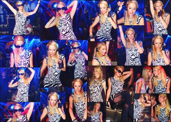 ------- 16/08/12:   Princesse Paris Hilton photographiée  entrain de mixé dans la grande boite de nuit Gotha - à Cannes.  La tenue est sublime et simple pour mlle  Paris. J'aime beaucoup les couleurs de cette robe tunique. Au top pour les lunettes de soleil.    -------
