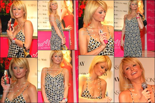 ------- 09/02/06: Notre princesse Paris Hilton photographiée en plein promotion pour son  nouveau parfum  à New York. Petit flop pour la tenue, je trouve cette robe simple pour se genre d'événement et les motifs je n'aime pas du tout j'aime assez la coiffure.    -------