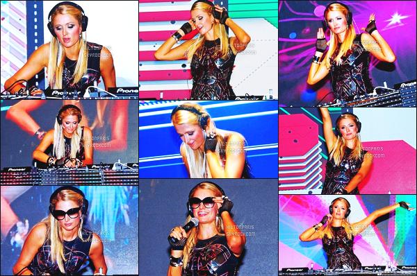 ------- 02/12/12: Jolie Paris Hilton  photographiée mixant dans la boite de nuit « Indian Resort »  dans la soirée en Inde. J'aime  assez la tenue assez simple.   Le tisse en cuire il faut aimer.. J'aime assez ses cheveux long et lisse sur notre princesse Paris Hilton. -------