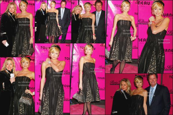 --------  31/11/05 :    Notre belle Paris Hilton en promotion pour sa nouvelle marque de montre  limité  -   à New York.   Elle est accompagnée de ses parents, qui la soutiennent beaucoup. J'aime beaucoup cette longue robe et le chignon encore, gros top.  --------