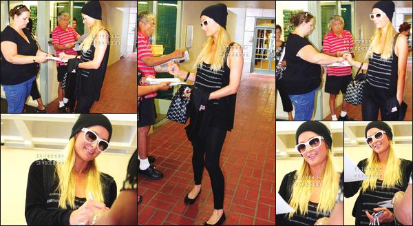 ------- 20/08/12:   La princesse Paris Hilton photographiée   en plein séance de shopping dans la journée - Los Angeles.  Gros top pour la sublime Paris, j'adore trop cette tenue elle est vraiment tres belle, j'adore beaucoup ses lunettes de soleil assez simple.      -------
