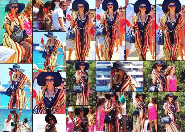 ------- 28/07/12:   Sublime Paris Hilton photographiée   avec des amis profitant pour un moment de détente - à St Tropez.  Cett tenue est tres simple pour un moment detente à la plage, promenade, j'adore beaucoup son petit chapeau simple et trés coloré.  -------