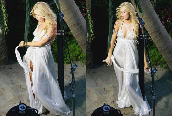 --------  25/05/06  :  La princesse Paris Hilton photographiée en   plein tournage video dans la journée - dans Malibu.  Elle est sublime dans cette robe, je suis trop fan, elle est tellement belle, on dirait une princesse ange. Elle est à tombé par terre notre Paris.--------