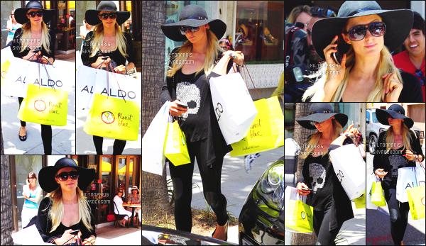 ------- 08/06/12:  Notre sublime Paris Hilton photographiée   dans la journée entrain de faire du shopping - Beverly Hills.  Sublime Paris est chargé, la pauvre. J'adore la tenue . J'adore son tee-shirt simple avec la tête de mort. Top pour le sac Chanel. Top/Flop?   -------