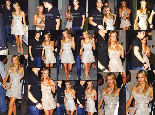 ------- 17/10/12: Magnifique Paris Hilton photographiée avec River à l'événement «  Beacher Madhouse  » -   Los Angeles. Wow, mlle Paris est belle dans cette robe argentée, sublime et courte. J'adore beaucoup sa coiffure simple et belle. Gros top.Top/Flop?  -------